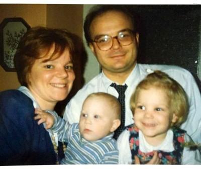 Baloldalt Sári, jobbra Sári nővére, hátul a szülők